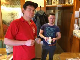 Andy übergab einen Preis an Daniel Kassulat.
